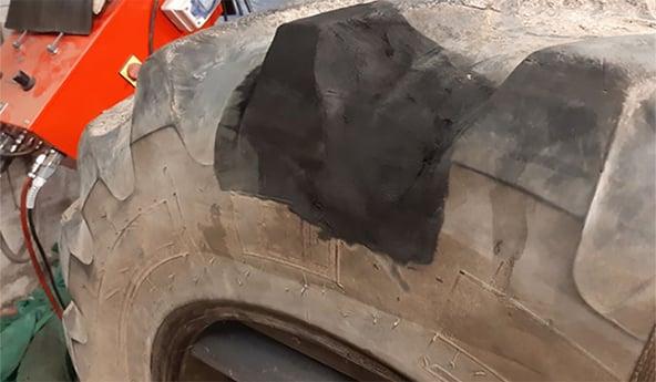 Técnica de reparación de neumáticos para tractores