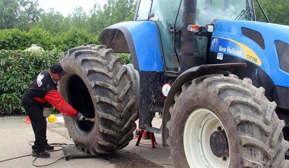 Montaje de un neumático de tractor